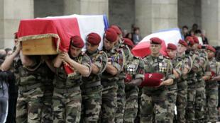 La cérémonie d'hommage aux Invalides aux dix soldats français tués dans la vallée d'Uzbin en Afghanistan, le 21août2008.