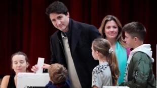 El primer ministro canadiense, Justin Trudeau, mete su papeleta en la urna el 21 de octubre de 2019, en Montreal.