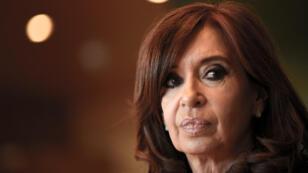 """Archivo: La expresidenta argentina Cristina Fernández de Kirchner participa en una conferencia sobre """"Capitalismo, neoliberalismo, crisis democrática: La experiencia de América del Sur"""" con miembros del Grupo Confederal de la Izquierda Unitaria Europea, el 10 de mayo de 2017 en el Parlamento de la UE en Bruselas."""