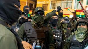 Des policiers boliviens se mutinent contre le président Evo Morales, dans un quartier de Cochabamba, le 8novembre2019.