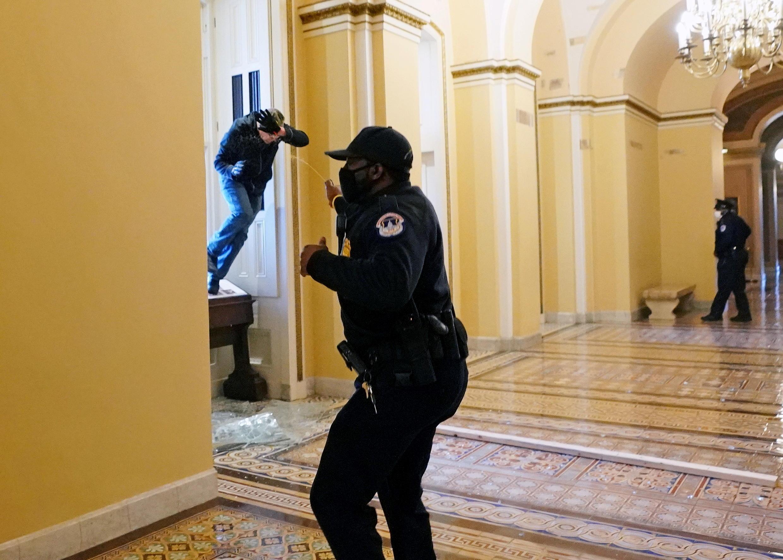 Les policiers ne peuvent empêcher les manifestants de pénétrer dans le Capitole.
