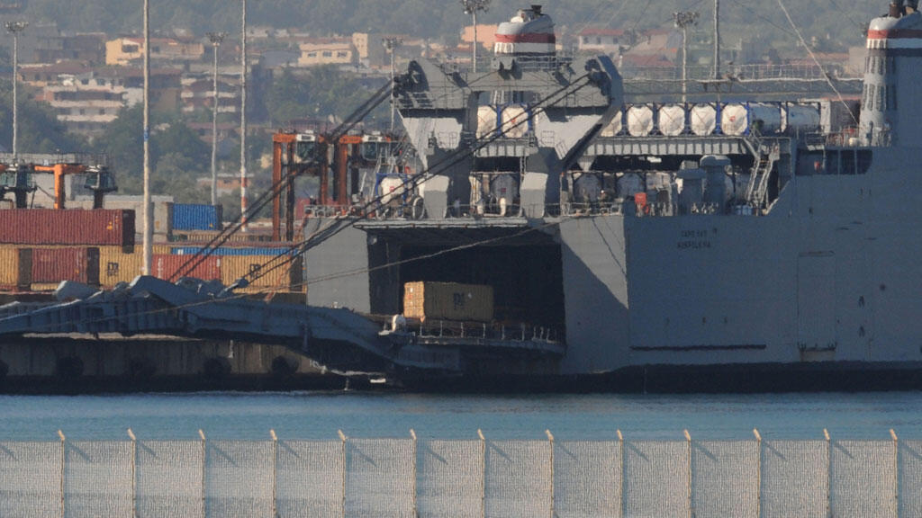 Des armes chimiques syriennes sont transférées sur un cargo américain, le 2 juillet 2014.