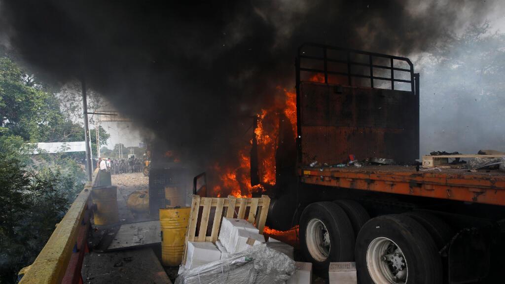 Un camión que transportaba ayuda humanitaria para Venezuela se incendió después de los enfrentamientos entre simpatizantes de la oposición y las fuerzas de seguridad de Venezuela en el puente Francisco de Paula Santander el 23 de febrero de 2019.