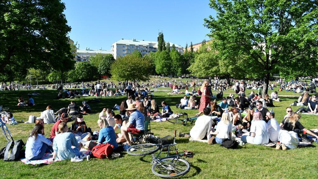 Cientos de personas disfrutan del buen clima en el parque Tantolunden de Estocolmo, la capital de Suecia, durante l cuarentena. 30 de mayo de 2020.