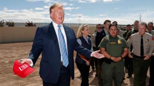 El presidente de EE. UU., Donald Trump, junto a la secretaria de Seguridad Nacional, Kirstjen Nielsen, y agentes de la Patrulla Fronteriza, durante una visita a la frontera de México, en Calexico, California, el 5 de abril de 2019.