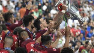 على الرغم من خروج كريستيانو رونالدو قبل نصف الساعة من نهاية اللعب في المباراة النهائية، إلا أن البرتغال حسمت المواجهة مع منتخب البلد المضيف بهدف سجله إيدر لتحرز اللقب القاري للمرة الأولى في تاريخها.