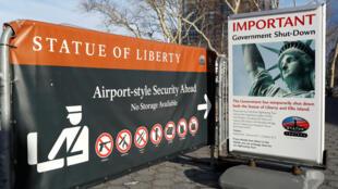 Letrero anunciando que no hay acceso a turistas para la Estatua de la Libertad, debido al cierre del gobierno de los Estados Unidos, en Battery Park en Manhattan, Nueva York, el 20 de enero de 2018.
