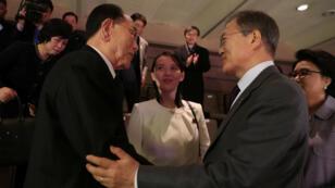 El presidente de Corea del Sur, Moon Jae-in,  habla con el presidente de la Asamblea Popular Suprema de Corea del Norte, Kim Young Nam. Kim Yo Jong, hermana de Kim Jong Un, los observa durante  la actuación de la Orquesta Samjiyon de Corea del Norte en Seúl, Corea del Sur, el 11 de febrero de 2018.