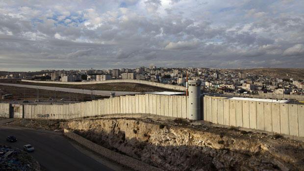 Un mur est progressivement construit depuis 2003 par Israël en Cisjordanie occupée. Officiellement, il s'agit pour l'État hébreu d'assurer sa sécurité en empêchant les attentats.
