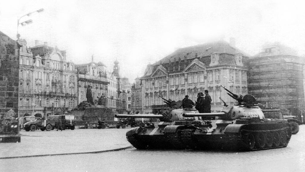 Tanques soviéticos en la ciudad vieja de Praga.