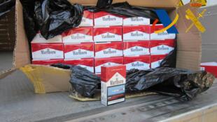 Des cartouches de cigarettes contrefaites saisies à Murcie, en Espagne, en août 2013.