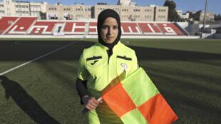 حملت الفلسطينية حنين أبو مريم راية التحكيم للمرة الأولى في مباراة كرة قدم للرجال قبل ثلاث سنوات.