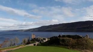 El castillo de Urquhart, a la orilla del lago Ness, cerca de Inverness, Escocia, Reino Unido, el 8 de marzo de 2019.