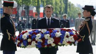 El presidente Emmanuel Macron deposita flores en la tumba del soldado desconocido durante la ceremonia del 73ro aniversario de la victoria sobre la Alemania Nazi en la Segunda Guerra Mundial