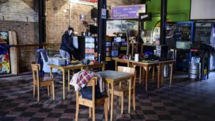 Un restaurante del emblemático y turístico barrio bonaerense de la Boca vacío en tiempos de pandemia