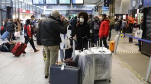 Des voyageurs en gare de Paris Montparnasse, le 17 mars 2020, après l'annonce d'un confinement général en France pour une durée d'au moins quinze jours.