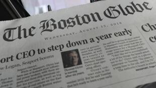 Des exemplaires du Boston Globe exposés dans un kiosque à journaux, le 15 août 2018 à Boston, Massachusetts.