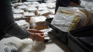 El material de la boleta electoral para las elecciones generales del domingo se empaca en maletas antes de su distribución, en una oficina de la corte electoral de Uruguay, en Montevideo, Uruguay, el 22 de octubre de 2019.