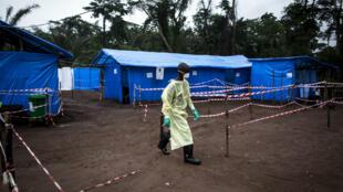 Un trabajador de salud camina en una unidad de cuarentena contra el ébola en Muma, República Democrática del Congo. 13 de junio de 2017.
