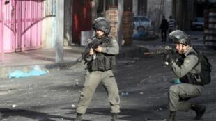 جنديان إسرائيليان خلال اشتباكات مع متظاهرين فلسطينيين في الخليل في 22 تشرين الأول/أكتوبر 2015