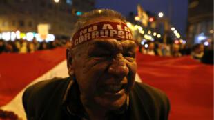Sindicatos laborales, organizaciones universitarias, grupos feministas y colectivos civiles participan en una marcha este jueves en respaldo a la propuesta del presidente peruano, Martín Vizcarra, del adelanto de las elecciones generales al 2020, en Lima, Perú.