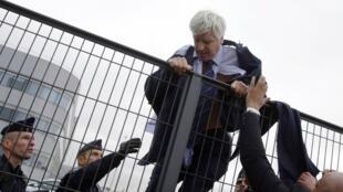 Le directeur des ressources humaines d'Air France et un responsable de l'activité long-courrier avaient été pris à partie, le 5 octobre 2015, par des salariés furieux.