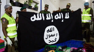 """عناصر من الشرطة السريلانكية تعثر على متفجرات وعلم لتنظيم """"الدولة الإسلامية"""" أثناء مداهمة مخبأ لخلية إرهابية في 26 أبريل/نيسان 2019"""