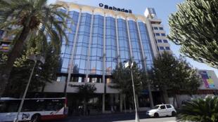 Fachada del Banco Sabadell que cambiará su sede a Alicante ante tensión en Cataluña.