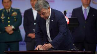 Presidente de Colombia, Juan Manuel Santos, firma Ley de Reclutamiento en Palacio de Nariño. 4 de Agosto de 2017