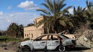 Une carcasse de voiture après les combats opposant les FDS à l'EI dans la province de Deir Ezzor, dans l'est de la Syrie.