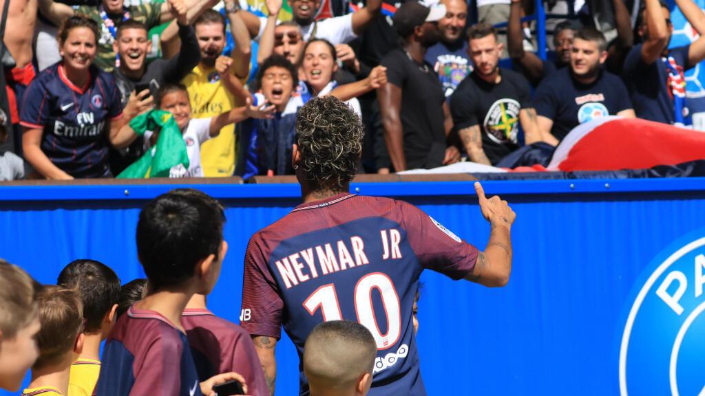 Neymar saluda a los simpatizantes de PSG durante su presentación oficial en el Parque de los Príncipes
