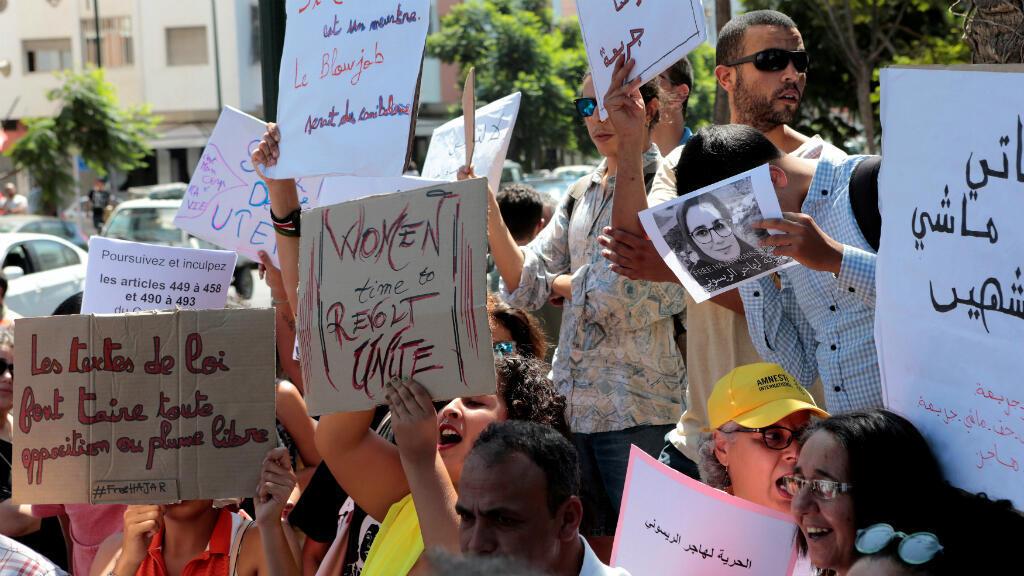 Activistas marroquíes sostienen carteles en solidaridad con Hajar Raissouni, periodista acusada de tener relaciones sexuales antes del matrimonio y abortar durante una protesta frente al tribunal de Rabat, Marruecos, el 9 de septiembre de 2019.