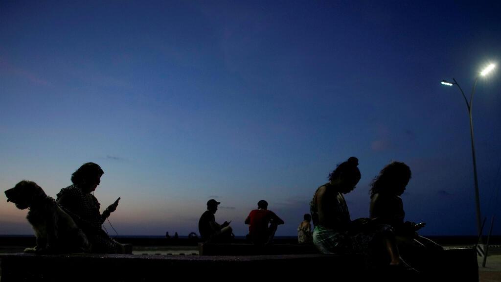 La gente chatea en internet en un hotspot park en La Habana, Cuba, el 25 de junio de 2019.