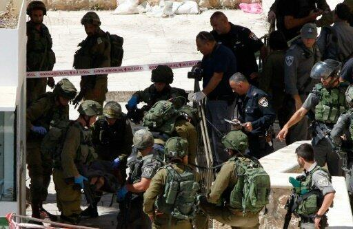 جنود إسرائيليون في موقع هجوم بسكين قرب الحرم الإبراهيمي في مدينة الخليل الاثنين 19 أيلول/سبتمبر 2016