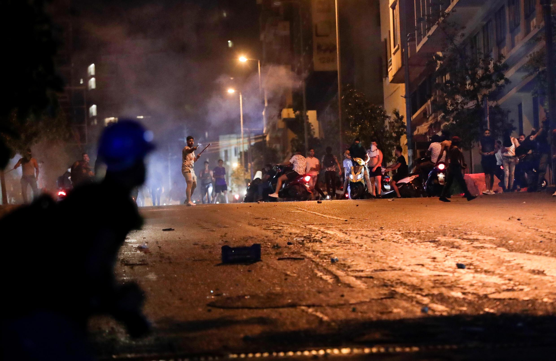 صدامات بين متظاهرين وعناصر من قوات حفظ النظام خلال احتجاجات في بيروت على تردي الأوضاع الاقتصادية في 12 يونيو/حزيران 2020