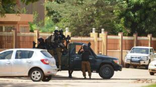 Las fuerzas de seguridad en Burkina Faso trabajan en una calle después de los ataques terroristas en Uagadugú, el 3 de marzo de 2018.