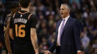 L'entraîneur des Phoenix Suns Igor Kokoskov donne des instructions lors du match NBA contre les Golden State Warriors, le 8 février 2019 à Phoenix