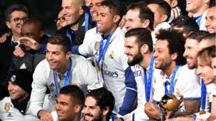 Les joueurs et le staff du Real Madrid posant après avoir remporté leur deuxième finale de Mondial des clubs.