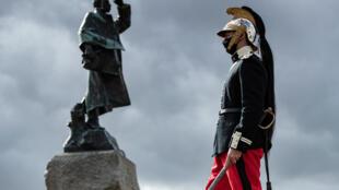 Un homme en uniforme de dragon passe devant une statue du maréchal Gallieni lors d'une cérémonie à l'occasion du 106è anniversaire de la bataille de la Marne, le 5 septembre 2020 à Meaux (France)