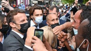 El presidente francés Emmanuel Macron vuelve al contacto público en las calles, el 8 de junio de 2021, poco después de ser abofeteado por un hombre.