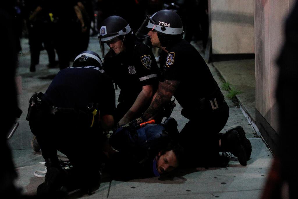 Un manifestante es detenido por agentes de la policía de Nueva York durante una protesta contra la muerte bajo custodia policial de George Floyd en Minneapolis, en el distrito de Brooklyn, Nueva York, EE. UU., el 3 de junio de 2020.