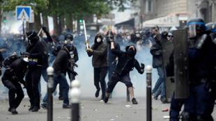 Des casseurs ont jeté des projectiles sur les forces de l'ordre mardi après-midi lors de la manifestation contre la Loi travail à Paris.
