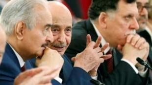 المشير الليبي خليفة حفتر (يسار) يتحدث إلى رئيس البرلمان في مدينة طبرق في شرق ليبيا عقيلة صالح عيسى خلال مؤتمر دولي في باريس في 29 أيار/مايو 2018
