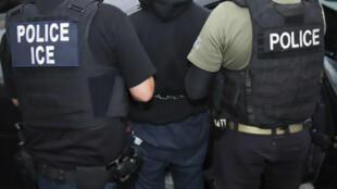Oficiales del Servicio de Inmigración y Control de Aduanas de Estados Unidos detienen a un sospechoso durante una operación de cumplimiento el 7 de febrero de 2017 en Los Ángeles, California.