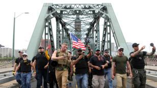 Miembros del movimiento 'Proud Boys' y sus partidarios marchan durante un mitin en Portland, Oregón, EE. UU., el 17 de agosto de 2019.
