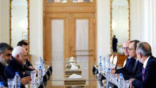 Le ministre des Affaires étrangères iranien, Mohammad Javad Zarif, (centre gauche) a rencontré Cornel Feruta, qui lui fait face, de l'Agence internationale de l'énergie atomique, à Téhéran, le 8 septembre.