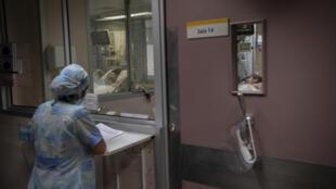 Una enfermera revisa planillas en la Unidad de Cuidados Intensivos del Hospital Barros Luco en Santiago, Chile, el 22 de julio de 2020 en medio de la nueva pandemia de coronavirus COVID-19.