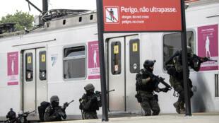 Les forces spéciales brésiliennes lors d'une simulation d'attentat à la bombe dans une gare de Rio, le 16 juillet.