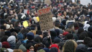 Environ 2000 personnes étaient rassemblées samedi devant le tribunal de Bobigny pour manifester contre les violences policières.