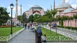 مصلون في حي السلطان أحمد في إسطنبول حيث يقع معلم آيا صوفيا.